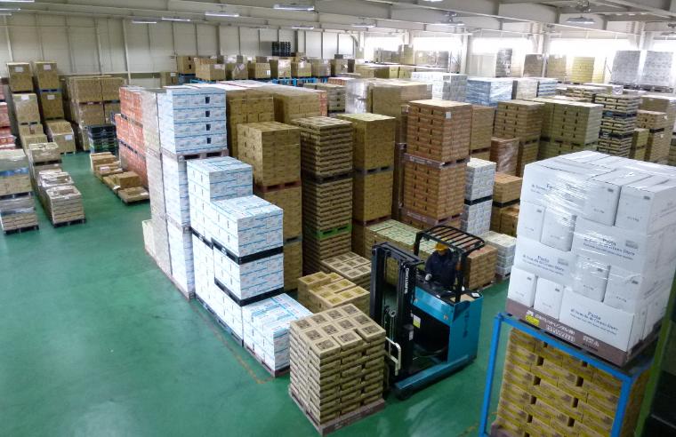 倉庫での作業風景